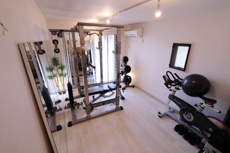 トレーニングルームになります。貸切空間で女性の方に大変人気となります。 ジムっぽくなく美容院のような綺麗で清潔な空間に力を入れております。 - レンタルジムLIFIT 貸切レンタルジムスペースの室内の写真