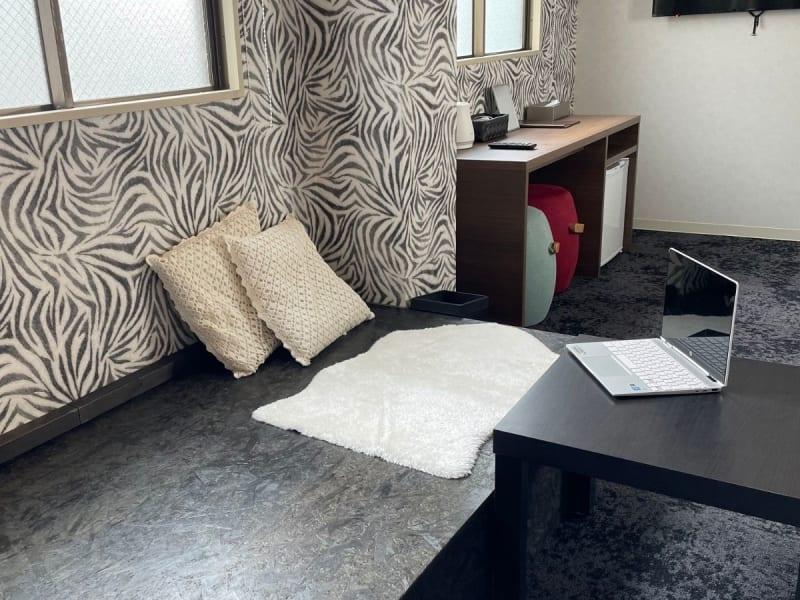 ゼブラ柄のキュートなお部屋です。日当たりも良好で多人数での用途にも向いています。 - どやねんホテルズ バクロ ゼブラ部屋の室内の写真