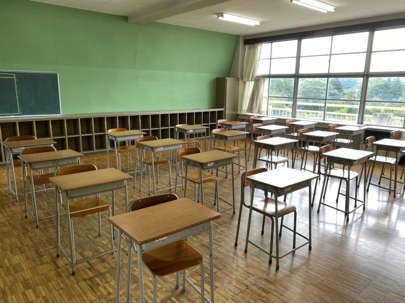 小学校の普通教室です。この教室には高校生サイズの机とイスが20脚ございます。 - 八ヶ岳コモンズ 普通教室(5年生)の室内の写真