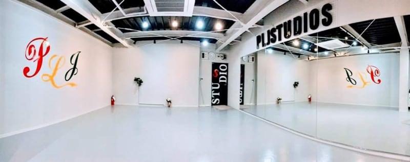 天井高くて 特注一面鏡踊る姿確認出来る - PLJStudioSの室内の写真