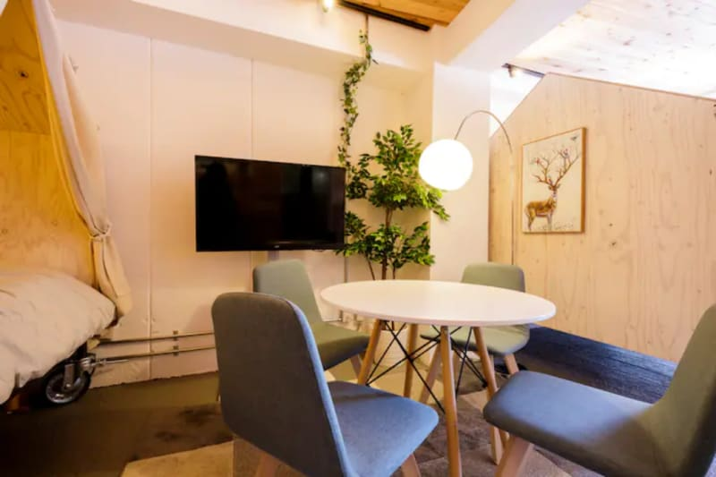 真ん中にはテーブルと椅子 - 扇園(おうぎえん) 5Fグランピング@東新宿の室内の写真
