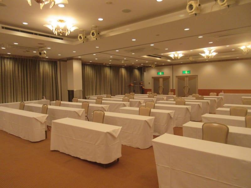 スクール形式最大180名まで対応可能 - 広島ダイヤモンドホテル 貸会議室「バラの間」の室内の写真