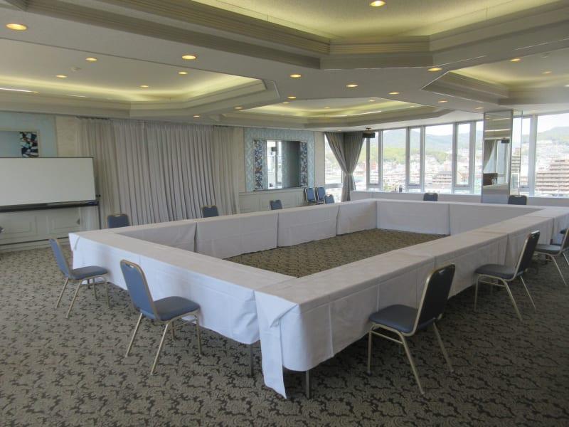 囲み形式最大45名まで 可能 - 広島ダイヤモンドホテル 貸会議室「瀬戸の間」の室内の写真