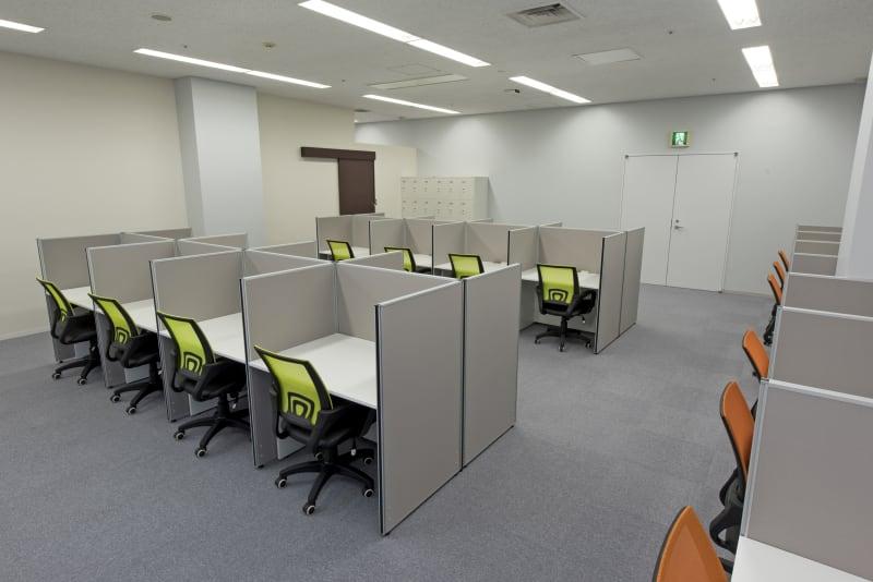 私語電話NGのエリアになります。集中してお仕事をされたい時などはこちらをご利用ください。 - 桜木町アントレサロン コワーキングスペース A席の室内の写真