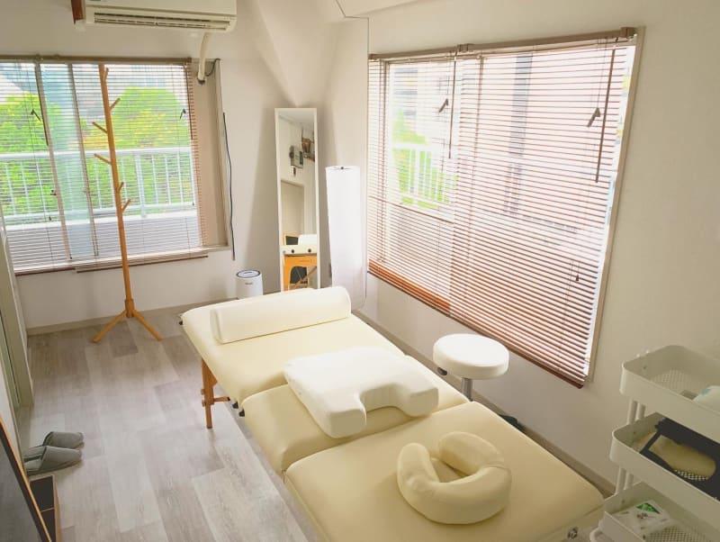 日中は自然光だけでも十分!爽やかな気分で施術を行えます☀️   - レンタルサロン「My room」 レンタルサロン My roomの室内の写真