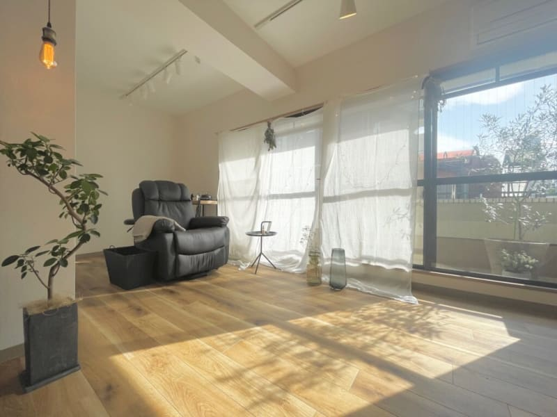 女性専用レンタルサロン 森のカフェのような空間の室内の写真