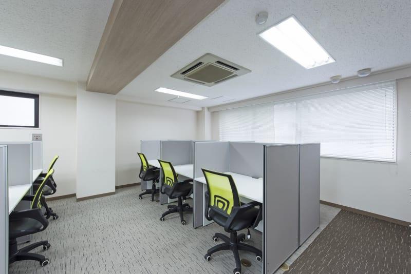 私語電話OKのエリアになります。電話やWeb会議などをしながらお仕事をされる方はこちらをご利用ください。 - 新宿アントレサロン コワーキングスペース D席の室内の写真