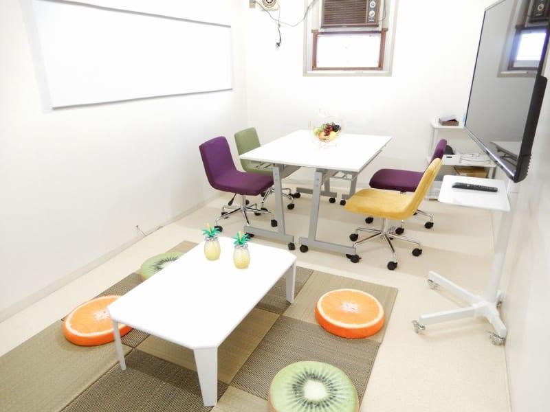 <パイナップル会議室 横浜> 多目的スペースの室内の写真