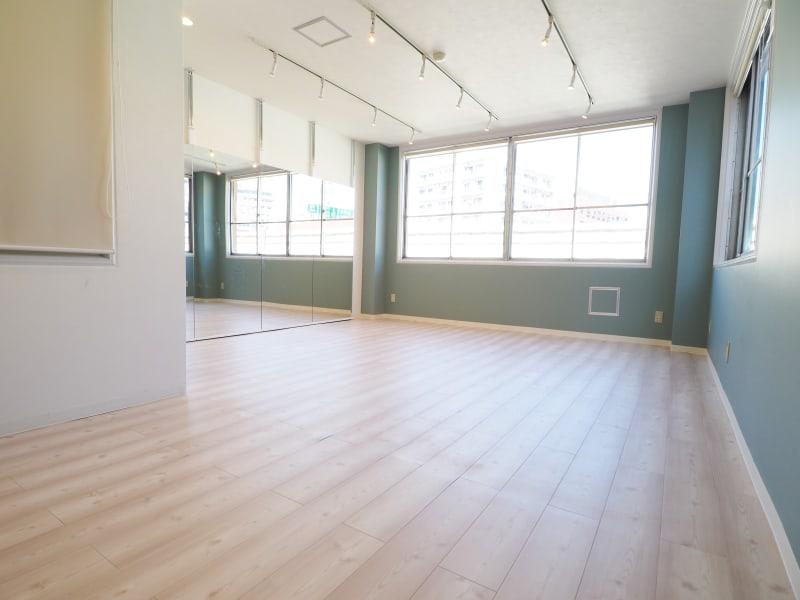 自然光の入るスペースです - 【NEW】横浜元町ダンススタジオ 撮影・ヨガ・ワークショップの室内の写真