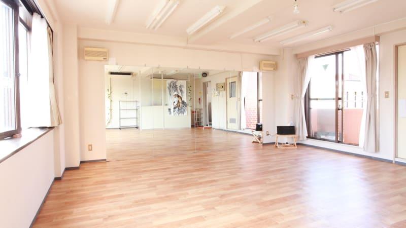 両面の大きな窓を風が通り抜ける心地よいスタジオです。 - 大宮とらのスタジオ 大宮とらのスタジオ 与野店・3階の室内の写真