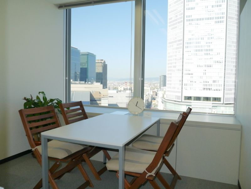 インスタント会議室 梅田「PLAY JOB」 半個室会議室D(4名用)の室内の写真