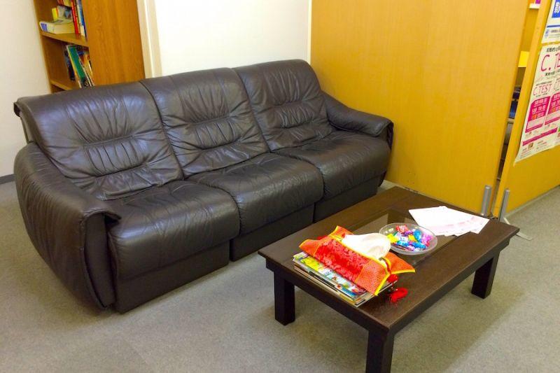 ソファでくつろぐことも可能です。 - 三軒茶屋レンタルスペース「サンチャイナ」 ルーム3(第三班)の室内の写真