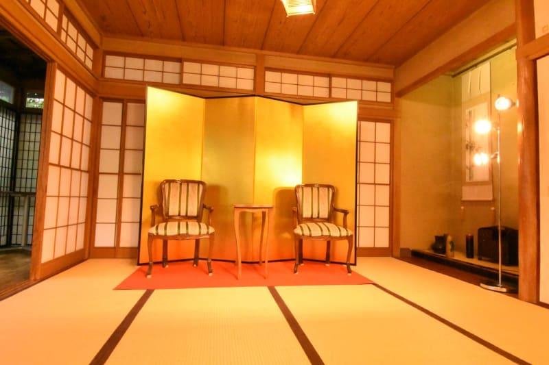 TVや動画撮影、出版会社様にも最適な対談イメージです!赤い毛氈も貸し出し致しますのでお気軽にご選択になられて下さい。 - 神楽坂レンタルスペース香音里 和洋の多目的スペース(1階)の室内の写真