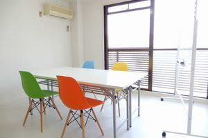 <カラフル会議室 京都駅前> 多目的スペースの室内の写真