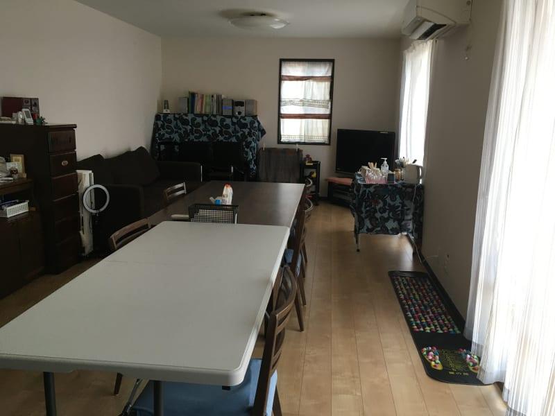 ゆったりしたリビングダイニング 白いテーブルは折り畳みです。 - さいたま市Shikate レンタルリビングの室内の写真