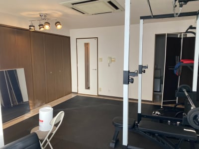 THCトレーニングスペース ジムスペースと施術スペースあり!の室内の写真
