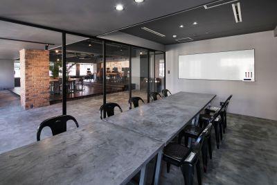会議室内(入り口側にはホワイトボードが固定で設置) - RANA TAIL 南森町 南森町駅から徒歩5分の会議室の室内の写真
