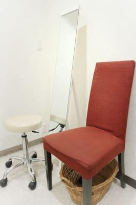 施術チェア★お客様用椅子★姿見鏡完備 - MODE K's 塚口店 レンタルルームの設備の写真