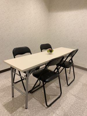 テーブルとイスもご用意しております★※使用の場合は組み立てのご協力お願いします。 - MODE K's 塚口店 レンタルルームの室内の写真
