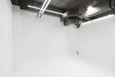 アーティストフォトスタジオ 格安白ホリ撮影スタジオ機材無料の室内の写真