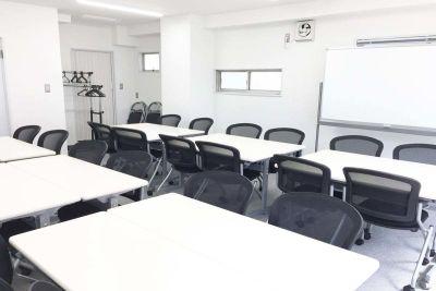 新宿三丁目レンタルスペース会議室 大会議室の室内の写真