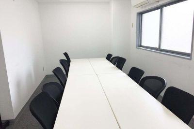 新宿三丁目レンタルスペース会議室 会議室の室内の写真