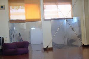 鏡はアクリル板に鏡になるスプレーをしたんちゃって鏡です。実際の鏡とは異なります。 - レンタルスペース夕顔瀬 2階C室レッスン・楽器・ドローンの室内の写真