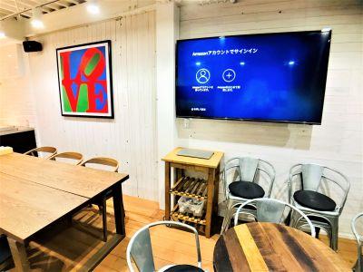65インチテレビのモニター パソコンと簡単接続 - Talkレンタルキッチン恵比寿 Talk キッチンスタジオ恵比寿の室内の写真
