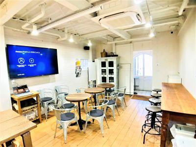 テーブル3卓   スタッキングチェアー12脚 昇降式ハイツール 4脚 - Talkレンタルキッチン恵比寿 Talk キッチンスタジオ恵比寿の室内の写真