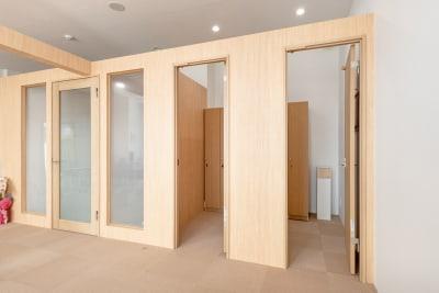 更衣室は2部屋完備 - ボディメイクスタジオASmake レンタルスペース(ジム等)の室内の写真