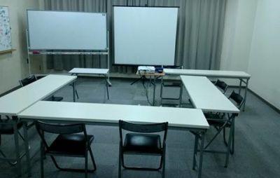 コの字・ロの字型(12本 縦4本×2 横2本×2)イアウト 会議、取締役会など - 貸会議室リヴィング・ラボとくしま JR徳島駅近く、貸し会場、会議室の室内の写真