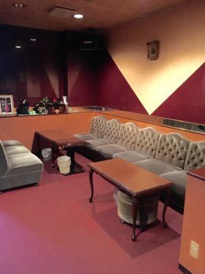 カラオケQ(キュー) カラオケス完備の多目的スペースの室内の写真