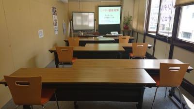 ソーシャルディスタンスを考慮したレイアウト 机1本につき1名掛け:6名  - 貸会議室リヴィング・ラボとくしま 小ルーム JR徳島駅近く貸し会場の室内の写真