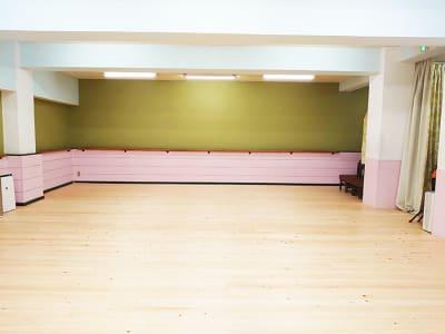 鏡を背にした様子です。バレエバーを設置しております - スタジオ アーマーズピンクドア レッスンスタジオの室内の写真