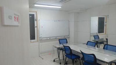 横浜中華芸術学校中華街本校 401-404教室の室内の写真
