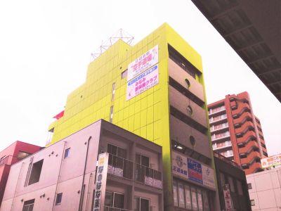 黄緑色の外観が目印です。 - トレーニングジム&レンタルスタジオ サン・ワークアウト 多目的スペース(3階)の外観の写真
