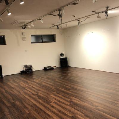 BMYスタジオ 音響、鏡、バー付きのスタジオの室内の写真