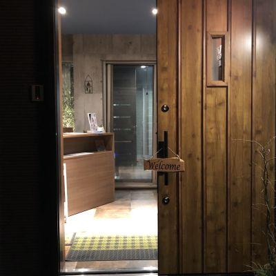 BMYスタジオ 音響、鏡、バー付きのスタジオの入口の写真