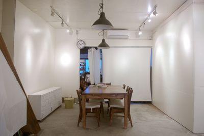写真企画室ホトリ 1階スペースの室内の写真