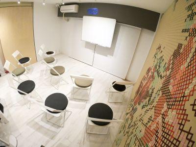 プラスぺ東新宿 動画撮影/勉強会 動画レンタルスタジオ テレワークの室内の写真