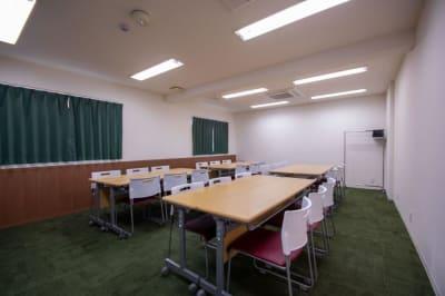 島型(最大24名)6名×4島 ※現在は感染防止対策のためご利用人数はご留意くださいますようお願い申し上げます。 - Kyoto de Meeting Smart / スマートの室内の写真