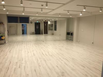 スタジオスペース(55㎡)フローリング床、天井高2.4m - スタジオフュージョン レッスンスタジオの室内の写真