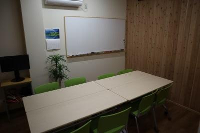 8人までのミーティングに対応しています。 - シェアオフィスippo 会議室の室内の写真