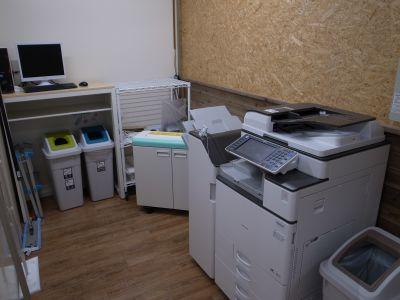 複合機、シュレッダーを完備しております。 - シェアオフィスippo 会議室の設備の写真