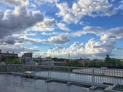 弊社スタジオの屋上は100㎡と広々、夕景はコンディションが良ければ非常によく焼けた空を背景に撮影することができます。  レンタル料に屋上使用も込みです。内見などもできますのでお気軽にお声がけください。 - 清田写真スタジオ(屋上付き) シンプル背景紙 100㎡の屋上の室内の写真