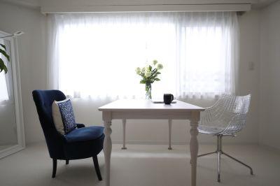 会議室・応接室としてもご利用可能。テーブル・椅子完備。 - Salon de Spirit ヨガスタジオ・サロンスペースの室内の写真