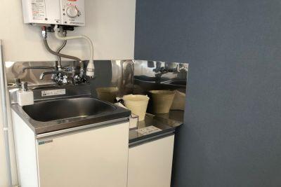 ミニキッチンは給湯器利用可 - 【forspace代々木Ⅰ】 多目的スペース(2F)の室内の写真