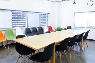 広い窓がありますので、十分な換気が行えます。 - MIXER 貸し会議室の室内の写真