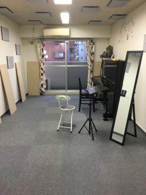 ピアノや歌のレッスンに最適!3駅利用可能の大通りに面した、便利な音楽スタジオです。 - 両国スタジオK