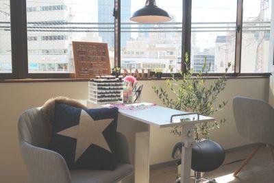 NAILIST SALON・神戸 ハンドネイル施術スペースの室内の写真
